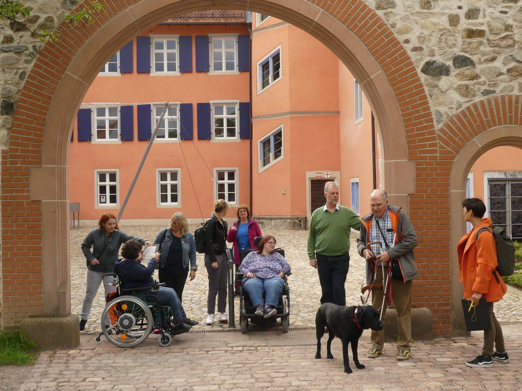 Barrierecheck Talvogtei Kirchzarten, Gruppe von Expter*innen in eigener Sache mit Wolfgang Schulz, Leiter der Volkshochschule Dreisamtal e.V.