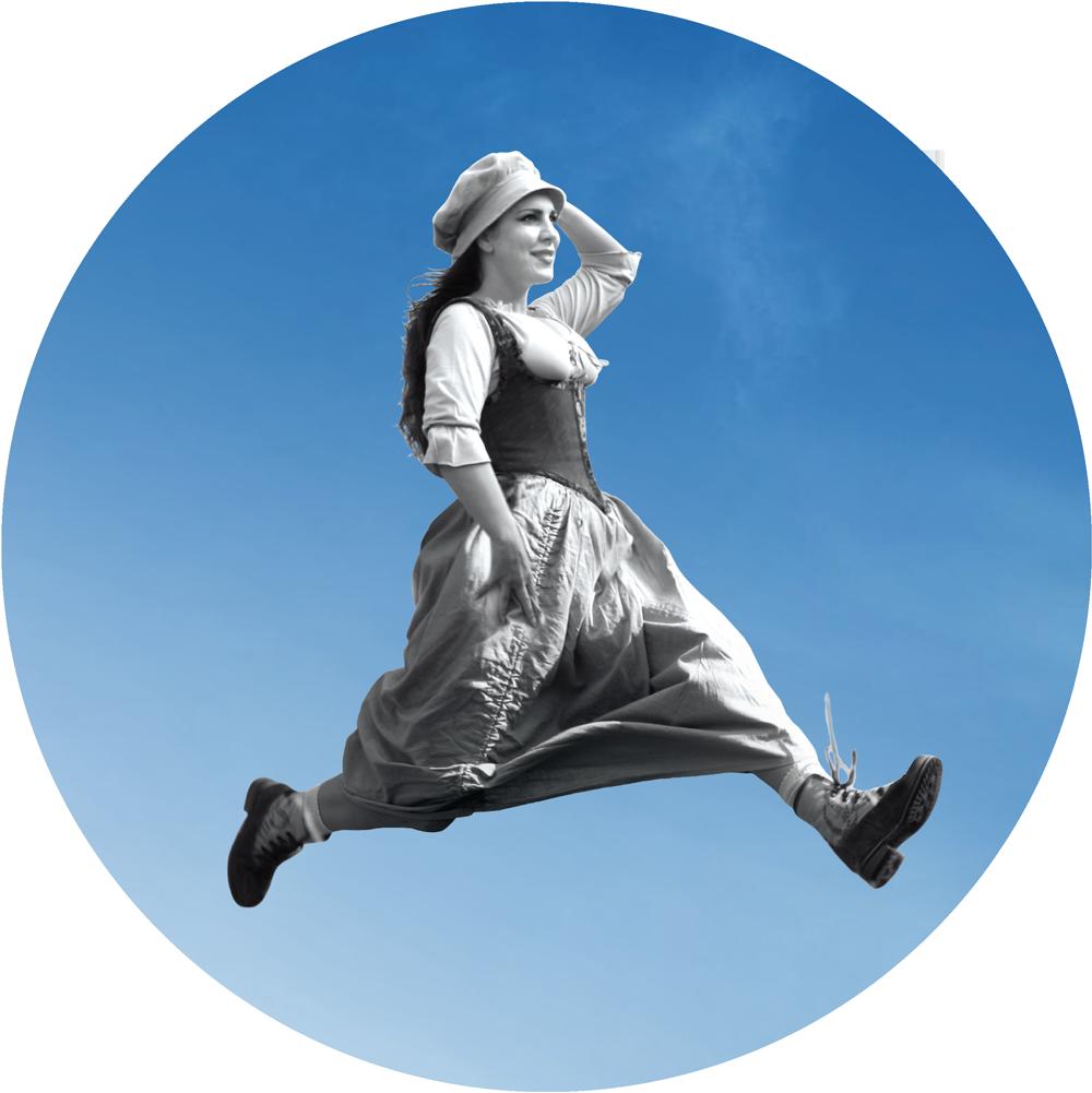 Eine Frau im Dirndl läuft/springt mit großem Schritt und lacht. Sie ist das Logo des Hofgut Himmelreich und steht für den Titel