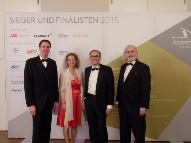 Presisübergabe des Innovationspreises. Jochen Lauber, Sophie Altenburger und Albrecht Schwerer vertreten die Akademie. neben ihnen ein Jurymitglied.