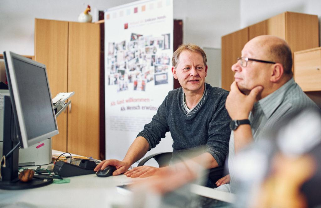 Die Bahnhofsmitarbeiter Michael Waibel und Steffen Scheibner an ihren Serviceplätzen